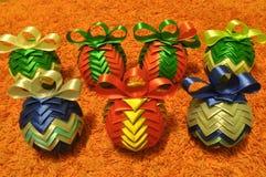 Decoraciones de la Navidad Navidad Muchos ornamentos y regalos del día de fiesta Ornamentos de la Navidad Foto de archivo libre de regalías