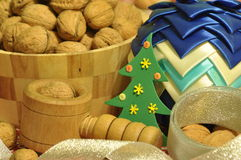 Decoraciones de la Navidad Navidad Muchos ornamentos y regalos del día de fiesta Ornamentos de la Navidad con la correa Fotos de archivo libres de regalías