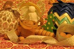 Decoraciones de la Navidad Navidad Muchos ornamentos y regalos del día de fiesta Ornamentos de la Navidad con la correa Fotos de archivo