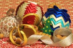 Decoraciones de la Navidad Navidad Muchos ornamentos y regalos del día de fiesta Ornamentos de la Navidad con la correa Foto de archivo libre de regalías