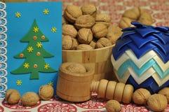 Decoraciones de la Navidad Navidad Muchos ornamentos y regalos del día de fiesta Ornamentos de la Navidad con la correa del satén Imagen de archivo libre de regalías