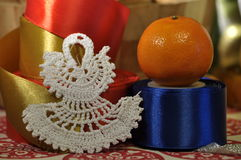 Decoraciones de la Navidad Navidad Muchos ornamentos y regalos del día de fiesta Ornamentos de la Navidad con la correa del satén Foto de archivo