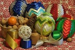 Decoraciones de la Navidad Navidad Muchos ornamentos y regalos del día de fiesta Ornamentos de la Navidad con la correa del satén Imagen de archivo