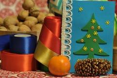 Decoraciones de la Navidad Navidad Muchos ornamentos y regalos del día de fiesta Ornamentos de la Navidad con la correa del satén Fotos de archivo