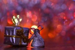 Decoraciones de la Navidad Ornamentos hermosos del árbol de navidad en el extracto, fondo colorido borroso Concepto para el invie Imágenes de archivo libres de regalías