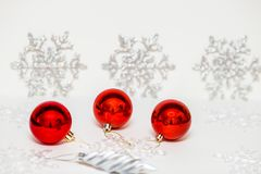 Decoraciones de la Navidad para el árbol de navidad en un fondo coloreado ilustración del vector