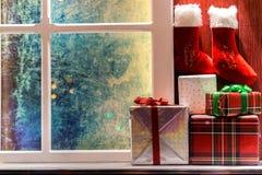 Decoraciones de la Navidad por noche imagenes de archivo