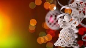Decoraciones de la Navidad que cuelgan delante de fondo oscuro almacen de video