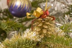 Decoraciones de la Navidad que cuelgan en un árbol fotos de archivo