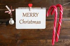 Decoraciones de la Navidad que cuelgan en una secuencia Fotos de archivo