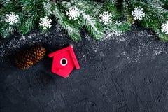 Decoraciones de la Navidad, ramas spruce en el top oscuro del fondo VI Fotografía de archivo libre de regalías