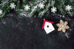 Decoraciones de la Navidad, ramas spruce en el top oscuro del fondo VI Foto de archivo libre de regalías