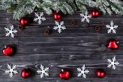 Decoraciones de la Navidad, ramas spruce en fondo de madera oscuro Fotos de archivo libres de regalías