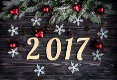 Decoraciones de la Navidad, ramas spruce en la opinión superior del fondo de madera oscuro Imágenes de archivo libres de regalías