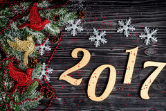 Decoraciones de la Navidad, ramas spruce en la opinión superior del fondo de madera oscuro Imagen de archivo