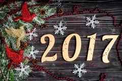 Decoraciones de la Navidad, ramas spruce en la opinión superior del fondo de madera oscuro Foto de archivo libre de regalías