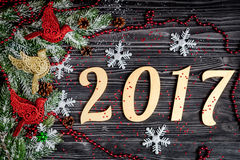 Decoraciones de la Navidad, ramas spruce en la opinión superior del fondo de madera oscuro Imagen de archivo libre de regalías