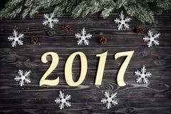 Decoraciones de la Navidad, ramas spruce en la opinión superior del fondo de madera oscuro Fotografía de archivo libre de regalías
