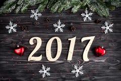 Decoraciones de la Navidad, ramas spruce en la opinión superior del fondo de madera oscuro Fotografía de archivo