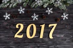 Decoraciones de la Navidad, ramas spruce en la opinión superior del fondo de madera oscuro Fotos de archivo libres de regalías