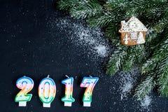 Decoraciones de la Navidad, ramas spruce en la opinión superior del fondo oscuro Imagen de archivo libre de regalías