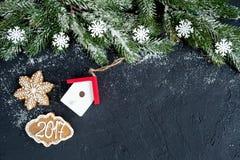 Decoraciones de la Navidad, ramas spruce en la opinión superior del fondo oscuro Imagenes de archivo
