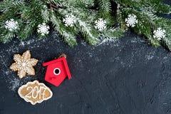 Decoraciones de la Navidad, ramas spruce en la opinión superior del fondo oscuro Foto de archivo libre de regalías
