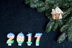 Decoraciones de la Navidad, ramas spruce en la opinión superior del fondo oscuro Fotos de archivo libres de regalías