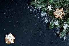Decoraciones de la Navidad, ramas spruce en la opinión superior del fondo oscuro Imágenes de archivo libres de regalías