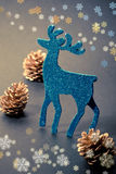 Decoraciones de la Navidad: reno y conos Foto de archivo libre de regalías