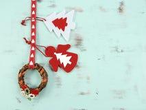 Decoraciones de la Navidad roja y blanca y guirnalda modernas del vintage en fondo de madera azul de la aguamarina Imagen de archivo libre de regalías