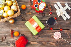 Decoraciones de la Navidad sobre fondo de madera Decoración de Navidad Concepto de la Navidad o del Año Nuevo Fotografía de archivo libre de regalías