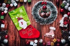 Decoraciones de la Navidad y cajas de regalo en el tablero de madera Fotografía de archivo libre de regalías