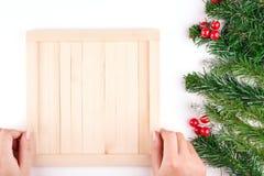 Decoraciones de la Navidad y del Año Nuevo con el fondo de madera de tableros envejecidos Un campo para el texto Carta de la Navi Imagenes de archivo