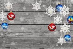Decoraciones de la Navidad y del Año Nuevo: copos de nieve y bal de la Navidad fotografía de archivo