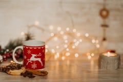 Decoraciones de la Navidad y del Año Nuevo en el escritorio de madera con las luces Foto de archivo libre de regalías