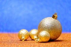 Decoraciones de la Navidad y del Año Nuevo en fondo del brillo Fotos de archivo libres de regalías