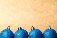 Decoraciones de la Navidad y del Año Nuevo en fondo del brillo Foto de archivo libre de regalías
