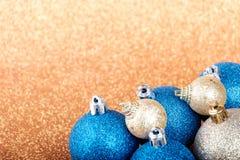 Decoraciones de la Navidad y del Año Nuevo en fondo del brillo Imagen de archivo