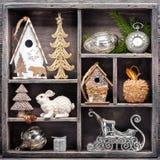 Decoraciones de la Navidad y juguetes de la Navidad en caja de madera Ollage del ¡de Ð Imagen de archivo