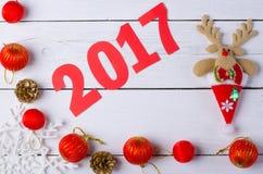 Decoraciones de la Navidad y la inscripción en 2017 en vagos de madera Foto de archivo