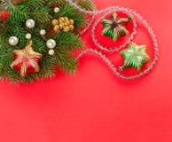 Decoraciones de la Navidad y ramificación del abeto en rojo Imagen de archivo libre de regalías
