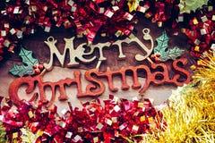 Decoraciones de la Navidad y saludos 'de la Feliz Navidad 'en un fondo de madera foto de archivo
