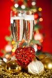 Decoraciones de la Navidad y vidrio del champán Fotos de archivo libres de regalías