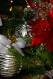 Decoraciones de la plata, blancas y rojas del árbol de navidad Foto de archivo libre de regalías