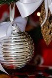 Decoraciones de la plata, blancas y rojas del árbol de navidad Imagen de archivo