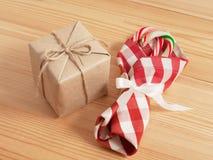 Decoraciones de la tabla de la Navidad Imágenes de archivo libres de regalías