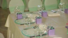 Decoraciones de la tabla para una celebración Cambio dinámico del foco Cierre para arriba almacen de video