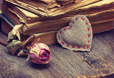 Decoraciones de la tarjeta del día de San Valentín con el corazón Imagen de archivo