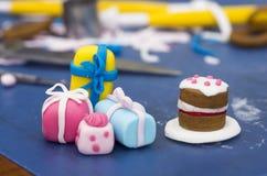 Decoraciones de la torta hechas de la pasta de azúcar Imagenes de archivo